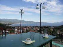 Dwa pustej nakrętki kawa z panoramicznym widokiem zdjęcie stock
