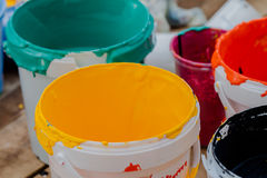 Dwa puszki Akrylowe farby zamykają up i kreatywnie chaosy , selekcyjny Zdjęcie Royalty Free