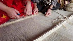 Dwa Qashqai kobieta pracuje wp?lnie wyplata? dywan zdjęcie wideo