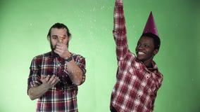 Dwa różnorodność mężczyzna świętuje zbiory wideo