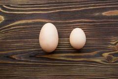 Dwa różnego jajka Obrazy Royalty Free
