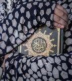 Dwa ręk Huging święta księga koran Zdjęcia Royalty Free