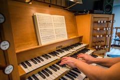 Dwa ręka bawić się kościelnego organ w Kristkirken obraz royalty free