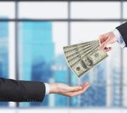 Dwa ręki, pieniądze przelewania proces wystawia rachunek dolara obraz stock