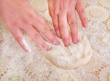 Dwa ręki przygotowywa kawałek ciasto Obrazy Royalty Free
