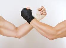 Dwa ręki spinali ręki zapaśnictwo walka czarny i biały Zdjęcie Stock