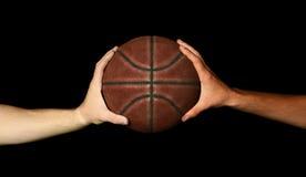 Dwa ręki trzyma koszykówkę Obraz Stock