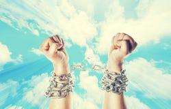 Dwa ręki w łańcuchach na nieba Obrazy Stock