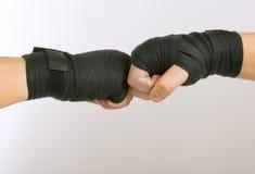 Dwa ręki w czarnym boksie bandażują ręki zapaśnictwo, spinającego obrazy royalty free
