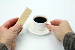 Dwa ręki z filiżanką czarna kawa i gofr Obraz Stock