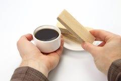 Dwa ręki z filiżanką czarna kawa i gofr Zdjęcie Stock