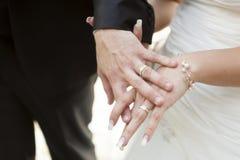 Dwa ręki z obrączką ślubną Zdjęcie Royalty Free