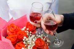 Dwa ręki z szkłami na tle kwiaty obraz royalty free