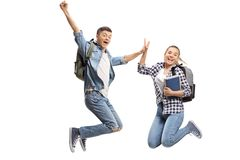 Dwa radowali się nastoletnich uczni w powietrze wysokości each inny zdjęcie royalty free