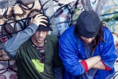 Dwa rap piosenkarza w metrze z graffiti w tle Zdjęcie Royalty Free