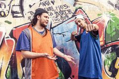 Dwa rap piosenkarza w metrze z graffiti w tle Zdjęcia Royalty Free