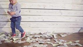 Dwa roczniaka chłopiec i spada pieniądze Pojęcie bogactwo zbiory