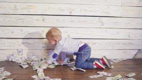 Dwa roczniaka chłopiec i spada pieniądze Pojęcie bogactwo zbiory wideo