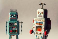 Dwa rocznika blaszanego zabawkarskiego robota, mechaniczna dostawa, sztucznej inteligenci pojęcie Obrazy Stock
