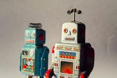 Dwa rocznika blaszanego zabawkarskiego robota, mechaniczna dostawa, sztucznej inteligenci pojęcie Fotografia Stock