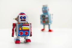 Dwa rocznika blaszanego zabawkarskiego robota odizolowywającego na białym tle Obraz Stock