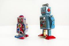 Dwa rocznika blaszanego zabawkarskiego robota odizolowywającego na białym tle Zdjęcie Stock