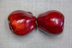 Dwa rodzajowego czerwonego jabłka Zdjęcia Stock