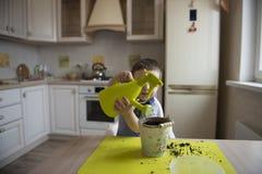 Dwa roku chłopiec ogrodnictwa puszkuje rośliny Zdjęcia Stock