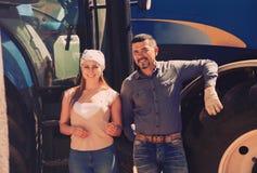 Dwa rolników pobliski śródpolny silnik Fotografia Stock
