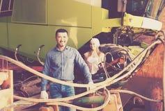 Dwa rolników pobliski śródpolny silnik Obraz Royalty Free