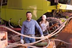 Dwa rolnika zbliżają ciągnika Zdjęcie Royalty Free