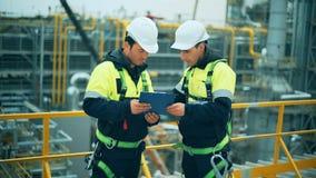 Dwa ropa i gaz pracownika duscussing przy rafineria przemysłem zbiory wideo