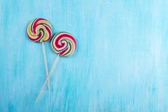 Dwa round lizaka z wiele kolorami w spirali na turkusowym tle Obraz Royalty Free