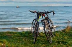 Dwa roweru na plaży, dwa roweru na wybrzeżu Zdjęcie Stock