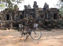 Dwa roweru na tle ruiny przy Angora Wat Zdjęcie Royalty Free