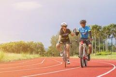 Dwa rowerzysta dostarcza wodę pitną w parku Pojęcie sport, zaufanie, wpólnie, relaksować i praca zespołowa obraz royalty free