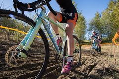 Dwa rowerzysty mącą biegowego kursu zbliżenie fotografia stock