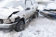 Dwa rozbijającego samochodu w wypadku na zimy drodze zdjęcie royalty free