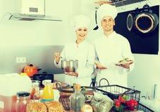 Dwa roześmianego kobiety i samiec kucharza Fotografia Royalty Free
