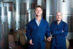 Dwa rozochoconego wytwórnia win pracownika stoi na wytwórnii win Fotografia Stock
