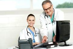 Dwa rozochoconej lekarki przy szpitalem Zdjęcia Stock