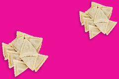 Dwa rozsypiska przygotowany vareniki z serem, mięsem lub kapustą na różowym tle gruli lub chałupy zdjęcia stock