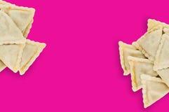 Dwa rozsypiska przygotowany vareniki z serem, mięsem lub kapustą na różowym tle gruli lub chałupy fotografia royalty free