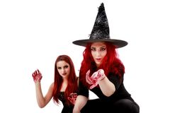 Dwa rudzielec kobiety z krwistą ręki Halloween sceną Zdjęcia Royalty Free