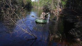 Dwa rybaka ustawiającego w tajgi rzeki sieci rybackiej zbiory wideo