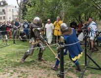Dwa rycerza z alabardami walczą w pierścionku przy Purim festiwalem z królewiątkiem Arthur w mieście Jerozolima, Izrael obraz stock