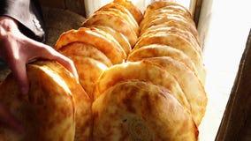 Dwa rzędu świeży płaski chleb zdjęcie wideo