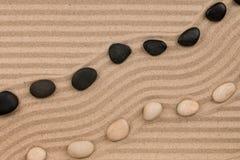 Dwa rzędu kamienie kłama na piasku z przestrzenią dla teksta, Fotografia Royalty Free