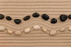 Dwa rzędu kamienie kłama na piasku z przestrzenią dla teksta, Zdjęcie Royalty Free
