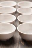 Dwa rzędu biali ceramiczni puchary Fotografia Royalty Free